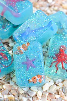 DIY glitter ocean toy soap for kids - create your own glitter soap with miniature toy sea creatures inside. Kids Crafts, Diy And Crafts, Easy Crafts, Diy Savon, Savon Soap, Diys, Soap Tutorial, Handmade Christmas Gifts, Christmas Soap