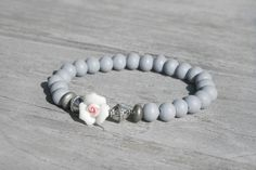 Snuggles-Cottage Shop Armbänder - Armband Nette graue Holzperlen mit Rosenblüte - ein Designerstück von snuggles-cottage bei DaWanda