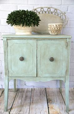{Table painted with Annie Sloan's duck egg blue chalk paint and dark wax.}<3