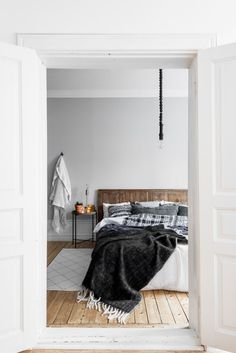 [Bedroom in grey and natural style]