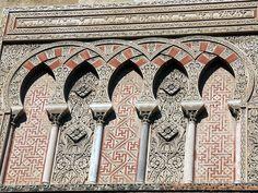 Merveille de l'art musulman sur la Puerta del Baptisterio, Mezquita, Cordoba, Espanha, Andaluzia