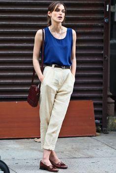 Calça soltinha é uma daquelas tendências fashions que a gente adora: é confortável e estiloso. Como nesse look de Keira Knightley, com calça alta soltinha bege, mocassim marrom e blusa regata azul marinho.