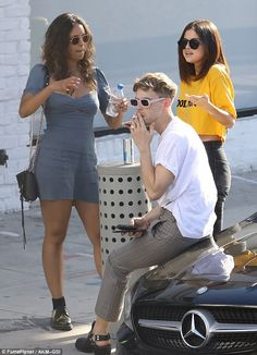 April [More] Selena with Tommy Dorfman and Alisha Boe outside of Shamrock Social Club in Hollywood, California [HQs] 13 Reasons Why Fanart, 13 Reasons Why Reasons, 13 Reasons Why Netflix, Thirteen Reasons Why Cast, Shamrock Social Club, Alisha Boe, Clubs In Hollywood, Theme Harry Potter, Best Friend Pictures