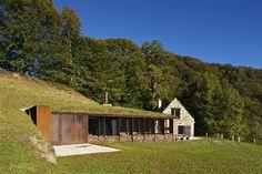 C'est dans les Hautes-Pyrénées que l'on peut apercevoir cette charmante maison et son extension, une grange réaménagée. Dans le respect de la construction locale et de l'environnement naturel, les architectes ont su créer de nouveaux espaces de vie (chambre d'hôtes, salle polyvalente et garage).