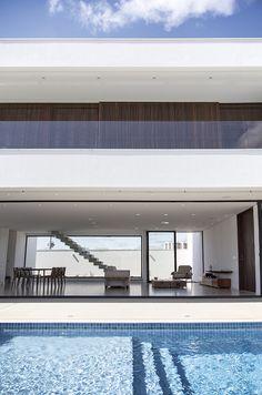 Residência se apoia em linhas retas e volumes bem definidos