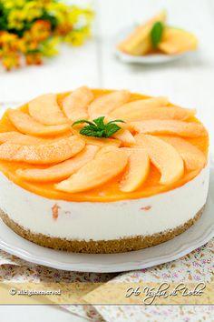 Cheesecake al melone senza cottura, ricetta facile e senza forno perfetta per occasioni speciali. Un dolce estivo al melone fresco e cremoso, piace a tutti