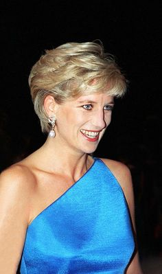 Princess Diana Smiling As She Attends A Dinner In Paris. News Photo - Getty Images Princess Diana Smiling As She Attends A Dinner In Paris. She Is Wearing A Beaded Dress And Bolero Designed By Fashion Designer Victor Edelstein Lady Diana Spencer, Princess Diana Fashion, Princess Diana Pictures, Princess Diana Hairstyles, Royal Princess, Princess Of Wales, Diana Haircut, Diane, Belle Photo