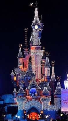 Christmas lights at Disneyland in Paris**. ohh how i would love to go to disney in Paris Disney Land, Disney Magic, Disney Disney, Noel Christmas, Disney Christmas, All Things Christmas, Christmas Displays, Vintage Christmas, Holiday Lights