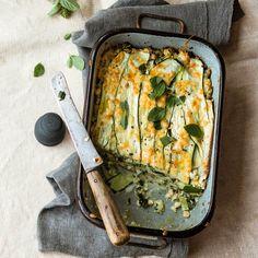 Schichtarbeit für Zucchini: Die Zucchini übernehmen in diesem Rezept die Arbeit der sonst typischen Lasagneplatten. Eine köstliche Idee!