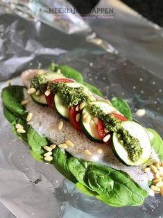 Pangasius pakketje met verse pesto Vlees laten liggen en af en toe vegetarisch of vis eten is goed voor je. Af en toe een lekker vet visje zoals makreel of haring héérlijk! Maar ook witvis is goed voor je en lekker licht. Dit pangasius pakketje met verse pesto is echt ook weer een aanrader.... #Huisgemaakt, #Pangasius, #Pesto, #Vis, #Witvis