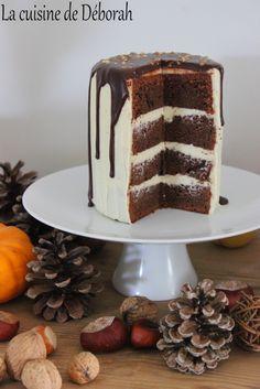 Layer cake au chocolat ou gâteau à étage, composé d'un gâteau moelleux au chocolat, d'une ganache au chocolat blanc et à la vanille.