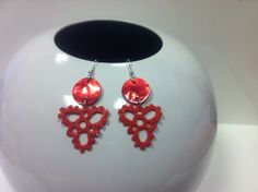 orecchini all'uncinetto,dipinti a mano nei toni del rosso corallo,con glitter trasparenti e vetrificati.Bottone superiore in madreperla rossa