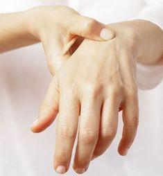 Die Finger fühlen sich steif und schwer an, die Gelenke schmerzen: Arthrose in … The fingers feel stiff and heavy, the joints hurt: Arthrosis in the hands puts a lot of strain on everyday life. The joint wear Arthritis In Fingers, Yoga For Arthritis, Types Of Arthritis, Juvenile Arthritis, Rheumatoid Arthritis Symptoms, Arthritis Remedies, Headband Hairstyles, 5 Ways, Tatoo