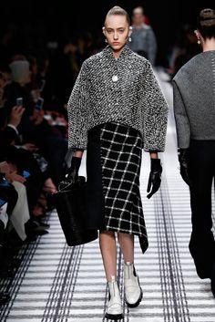 Balenciaga Fall 2015 Ready-to-Wear Collection Photos - Vogue Fashion Week Paris, Fall Fashion Trends, Runway Fashion, High Fashion, Fashion Show, Autumn Fashion, Womens Fashion, Fashion Design, Fashion Goth