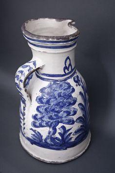 Jarro. Cerámica esmaltada en blanco y pintada en azul. Toledo o Talavera de la Reina. Hacia 1575. Serie de los jarros de Santiago.