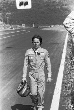 Gilles Villeneuve regagne les stands à pied après un accident avec Ronnie Peterson, Grand Prix du Japon, 1977