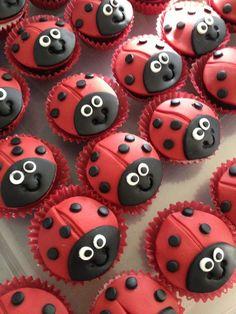 63 x de leukste cupcakes om te trakteren - Moeders. Fondant Cupcakes, Cupcake Cookies, Giant Cupcakes, Ladybug Cakes, Bird Cakes, Bolo Lady Bug, Ladybird Cake, Miraculous Ladybug Party, Fiesta Cake