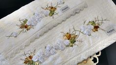 LOY HANDCRAFTS, TOWELS EMBROYDERED WITH SATIN RIBBON ROSES: CONJUNTO DE TOALHAS: BANHO E ROSTO KARSTEN