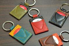 こちらはオーダー制作になります。①〜⑥の中からお好きな色の組み合わせをお選びください。写真以外の色の組み合わせでお作りすることも可能ですので、お気軽にお問い合...|ハンドメイド、手作り、手仕事品の通販・販売・購入ならCreema。 Diy Leather Bracelet, Leather Keyring, Leather Tooling, Leather Jewelry, Leather Craft, Leather Wallet, Diy Wallet Pouch, Leather Workshop, Leather Bags Handmade