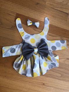 Yellow and Gray Polka Dot Harness Dog Dress - Costura - Chien Dog Clothes Patterns, Sewing Patterns, Sewing Ideas, Sewing Projects, Puppy Clothes, Dog Pattern, Dog Sweaters, Dog Harness, Dog Leash
