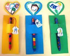 Expomos aqui os passos para a confecção da caneta personalizada que as crianças ofereceram como prenda do pai: Com massa DAS forramos uma ...