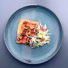 Pizza med chorizo-topping, svampe, fennikel og salat med vinaigrette