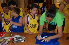 Els nostres van demanar firmes i fotos a Maria Pina 65
