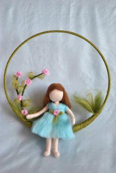 Fieltro de aguja móvil vivero: muchacha con rosas. por MagicWool