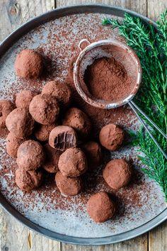 Chokoladetrøfler White Chocolate Desserts, Chocolate Pancakes, Chocolate Coffee, Delicious Chocolate, Chocolate Recipes, Frosting Recipes, Cake Recipes, Dog Food Recipes, Dessert Recipes