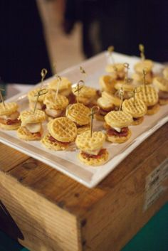 Crowd-Pleasing Late-Night Wedding Snacks: The Comfort Foods Edition – Dessert Tables - To Have a Nice Day Wedding Snacks, Wedding Food Stations, Wedding Reception Food, Wedding Ideas, Wedding Catering, Wedding Appetizers, Wedding Menu, Wedding Vows, Party Snacks