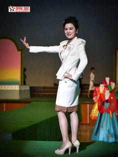 North Korea fashion show Korea Fashion, Hijab Fashion, Kids Fashion, Fashion Show, Fashion Outfits, Fashion Black, Fashion Fashion, Fashion Ideas, Vintage Fashion