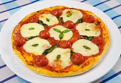 Pizza margherita facuta in casa - reteta video Pizza Hut, Pizza Dough, Pizza Lasagna, Romanian Food, Romanian Recipes, Warm Food, Recipe Boards, Pizza Party, Food Videos