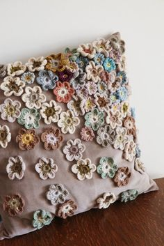 Capa de almofada com flores de crochê aplicadas F… Cushion cover with applied crochet flowers Fashion Upcycle Crochet Home, Crochet Crafts, Crochet Projects, Knit Crochet, Sewing Projects, Diy Crafts, Crochet Cushion Cover, Crochet Cushions, Crochet Pillow