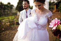 Vestido de noiva romântico com detalhe de renda
