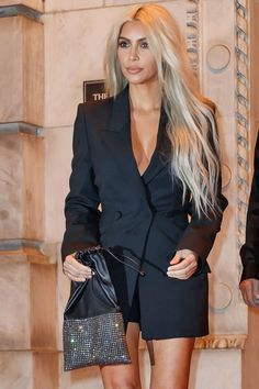 ♥️ Pinterest: DEBORAHPRAHA ♥️ Kim kardashian with platinum blonde hair wearing an all black look with blazer dress #kimk