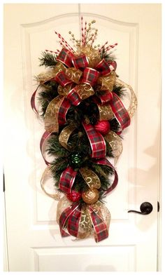 68 last minute rustic christmas decorations that are worth seeing page 37 Gold Christmas Decorations, Christmas Arrangements, Christmas Swags, Holiday Wreaths, Rustic Christmas, Christmas Holidays, Primitive Christmas, Classy Christmas, Outdoor Christmas