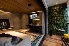 Painel verde da Svetlana Plantas Preservadas em apartamento decorado por Carlos Rossi Arquitetura para Even Construtora