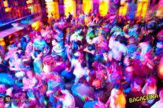 A partir das 23h, a música brega dos anos 90 e lado b toma da picapes comandadas pelos DJs Lindote, Bruna Cora  e Tunai