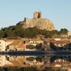 La Tour Barberousse de Gruissan, dont il ne subsiste que la moitié de la circonférence, se dresse au sommet d'un mamelon rocheux qui domine un étang côtier. C'est le seul vestige d'un chateau dont l'origine remonte au 10°s et qui a été détruit sur ordre de Richelieu, au 17°s. Du sommet du rocher, la vue sur les environs est remarquable