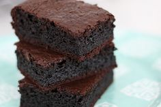 Ebaaa, quem aí quer um brownie chocolatudo super molhadinho e gostoso e sem farinha? Essa receita é umas das mais rápidas e fáceis de fazer, não precisa nem de batedeira. Fica um brownie molhadinho…