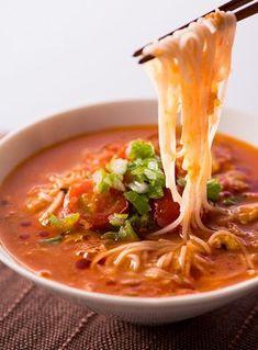 そうめんはのど越しが良くて暑い日でも美味しく食べられますが、夏の終わりになると「もう飽きた...」となることもあるのではないでしょうか?そこで今回は、ラー油を使ったそうめんのアレンジレシピをご紹介します。 Asian Recipes, New Recipes, Soup Recipes, Cooking Recipes, Favorite Recipes, Healthy Recipes, Ethnic Recipes, Homemade Ramen, Japanese Dishes