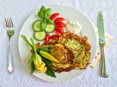 Allmählich wollen auch die Zucchini geerntet und verarbeitet werden. Dieses Gemüseist sowohl roh, als auch gebraten oder gebacken zum Verzehr geeignet. In meinem Lieblingsrezept der Woche werden sie zu herrlichen Fladen verarbeitet. Ein sehr einfaches Gericht, das perfekt zu den sommerlichen Temperaturen passt. Zutaten: 500 g Zucchini 2 Eier 4 EL Mehl 2 EL frische Petersilie 2 EL Dill Salz, Pfeffer 1 TL
