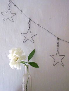 Garland of 5 stars wire by Debeauxsouvenirs on Etsy Wire Crafts, Diy And Crafts, Arts And Crafts, Wire Hanger Crafts, Christmas Crafts, Xmas, Christmas Ornaments, Star Deco, Art Fil