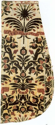Silk cut voided two pile warps velvet, with the heraldic device of the Soderini family. Florence, second half of the fifteenth century. Musée Historique des Tissus, Lyon.