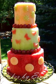 From watermelon stacks to raw vegan cakes, here are some guilt-free dessert options for you, whether you have intolerances or just want to be healthy. Cakes To Make, How To Make Cake, Deco Fruit, Raw Vegan Cake, Fresh Fruit Cake, Cake Made Of Fruit, Fruit Birthday Cake, Fruit Creations, Wedding Cake Alternatives