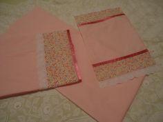 Jogo de lençol para berço com 3 peças, em tecido de algodão, medindo 1,45cm X 1,25cm. R$ 95,00