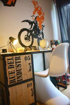 Bureau Pour Chambre Du0027enfant Garçon Sur Le Thème Motocross. Un Bureau  Industriel Avec