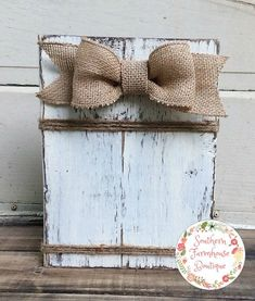 New distressed wood picture frames burlap bows Ideas Rustic Picture Frames, Rustic Frames, Diy Picture Frame, Crafts With Picture Frames, Painting Picture Frames, Picture On Wood Diy, Picture Wall, Picture Boards, Wood Frames