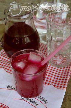 1/2kg cvekle (oljuštene i nekuvane) i 1/2kg celog neljuštenog limuna samleti. Dodati 4l vode i 5 kesica limontusa. Ostaviti 24h da odstoji a onda procediti i dodati 2,5kg šećera. Povremeno mešati dok se šećer ne istopi. Sipati u flaše i dobro zatvoriti. Ovo je sirup za razblaživanje sa vodom. Od ove količine izađe oko 5-6 …