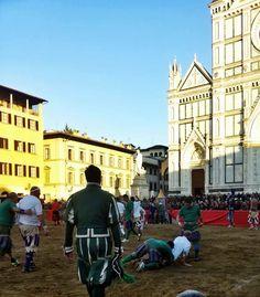 Calcio Storico Fiorentino: le origini, le regole e qualche altra cosa che (forse) non sai sull'antenato del calcio che viene giocato ancora oggi a Firenze
